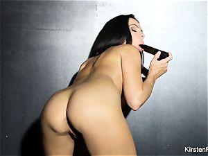 chesty dark-haired Kirsten Price toys her culo